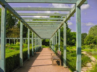 Jardin public avec pergola